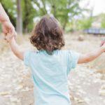 Dwie postawy rodzicielskie: nadopiekuńczość i wycofanie rodzica oraz ich konsekwencje dla rozwoju dziecka